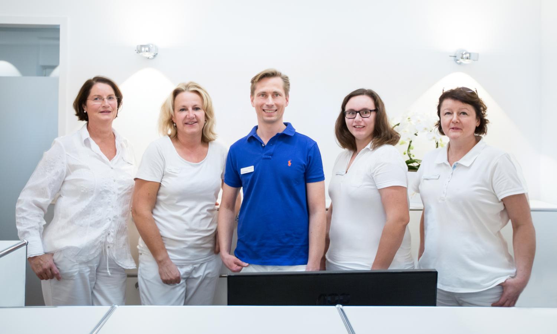 Unser Praxisteam v.l.n.r.: Frau Seroo, Frau Wiebus, Dr. med. dent. Jörg Heesen, Frau Neumann und Frau Kytzia